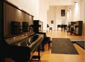 Local almacén de pianos verticales y de cola