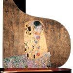 Imagen piano de cola BÖSENDORFER modelo especial Klimt con banqueta detalle pintura tapa