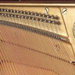 Imagen piano vertical YAMAHA SU Series. Modelo SU118c color negro pulido detalle interior