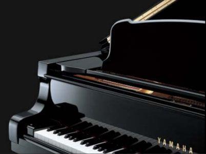 Imagen promocional pianos de cola premium YAMAHA S Series. Detalle imagen frontal del piano