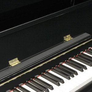Característica pianos KAWAI atril amplio en cuero para evitar deslizamiento
