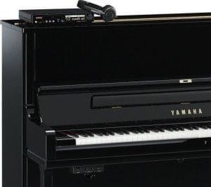 Detalle de un piano YAMAHA con el sistema Disklavier instalado