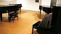 Imagen pianos en el almacén de la calle Grassot