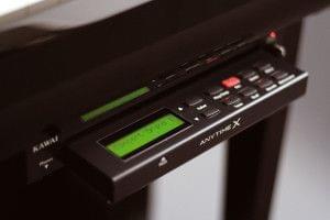 Imagen dispositivo de control del sistema Anytime X instalado en un piano KAWAI