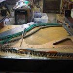 Imagen de la restauración de un piano vertical Bernareggi en el taller de Corrales Pianos. 03