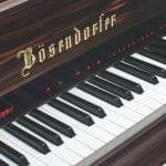 Imagen detalle display frontal integrado en la tapa del teclado del sistema CEUS instalado en un piano BÖSENDORFER