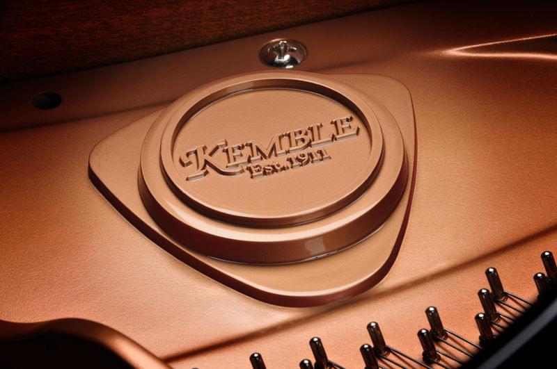 Detalle marca interior piano de cola KEMBLE