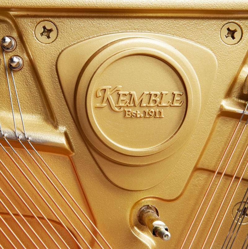 Detalle marca interior piano vertical KEMBLE colección Preludio modelo K109