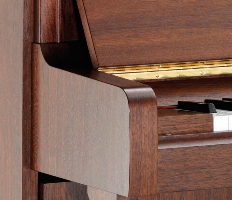 Detalle frontal piano KEMBLE colección Profesional modelo K121. Acabado roble americano