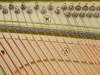 Imagen de los bordones del interior de un piano YAMAHA