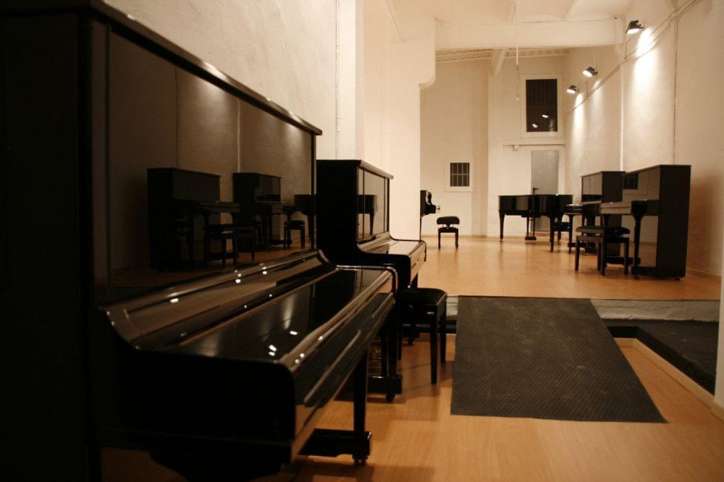 Exposició i lloguer pianos verticals de paret