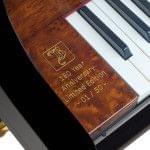 Imagen piano de cola BÖSENDORFER edició limitada 180 aniversario detalle grabado placa