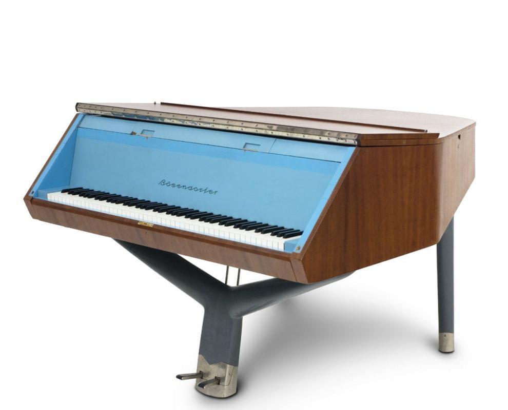 Imagen piano de cola BÖSENDORFER model diseño Brussel con banqueta cerrado