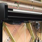 Imagen piano vertical YAMAHA model U1 con Sistema Silent y TransAcoustic, vista lateral del interior