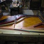Imagen de la restauración de un piano vertical Bernareggi en el taller de Corrales Pianos. 12